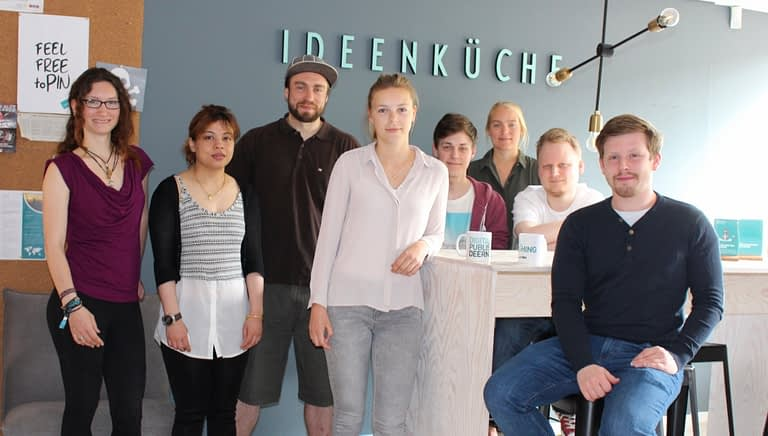 Young Professionals bei ppi Media als Gruppenbild in der Ideenküche.